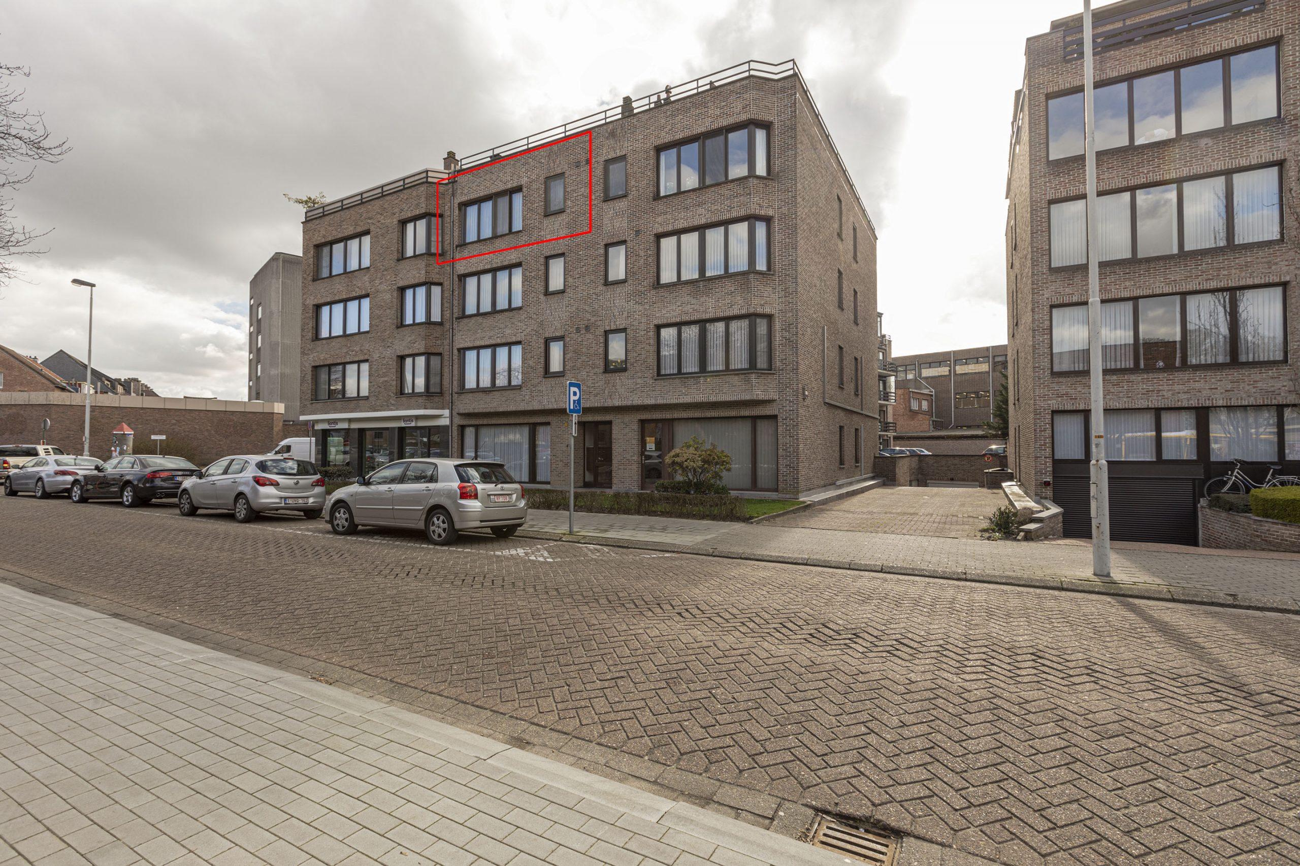 Zeer goed onderhouden appartement met 2 slpkr + ondergrondse autostpl in centrum Lier.