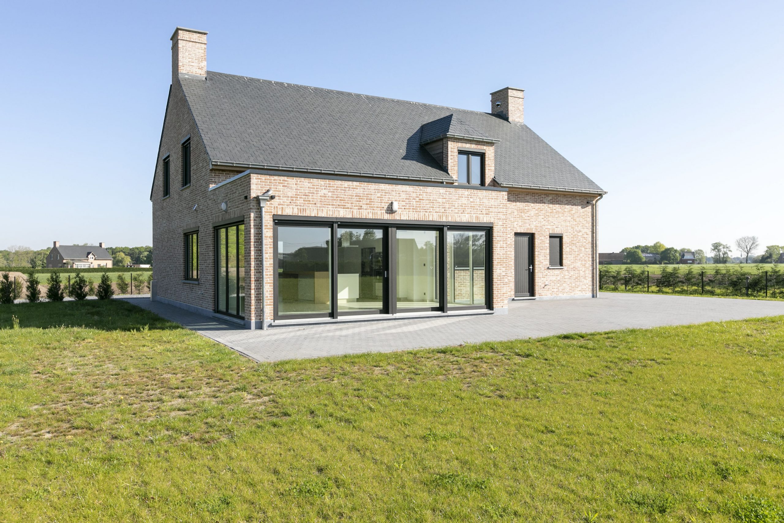 Instapklare nieuwbouw villa met 5 slpk + bureel op +/-2106m² – Koningshooikt