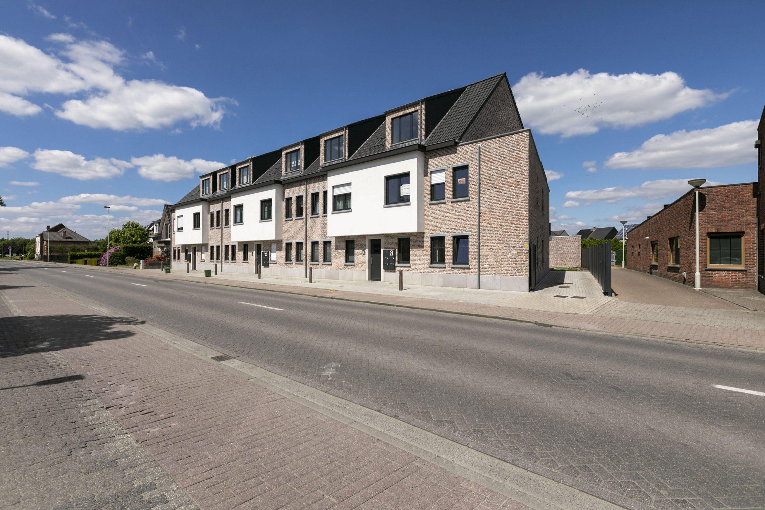 Recent gelijkvloers hoekappartement met terras/tuin en garage.